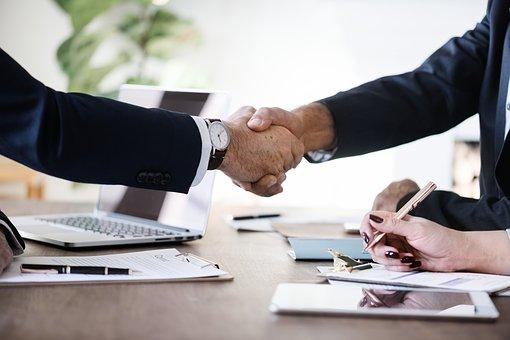 Poignée de mains pour conclure un contrat